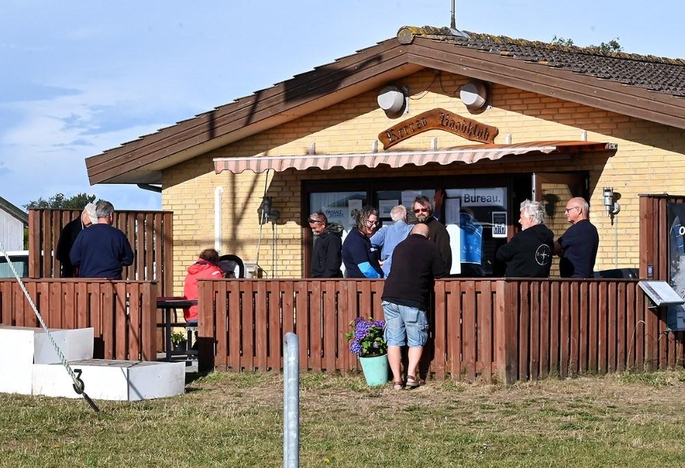 Søndagens hårde vind diskuteres i klubhuset søndag morgen. Foto: Jens Nielsen