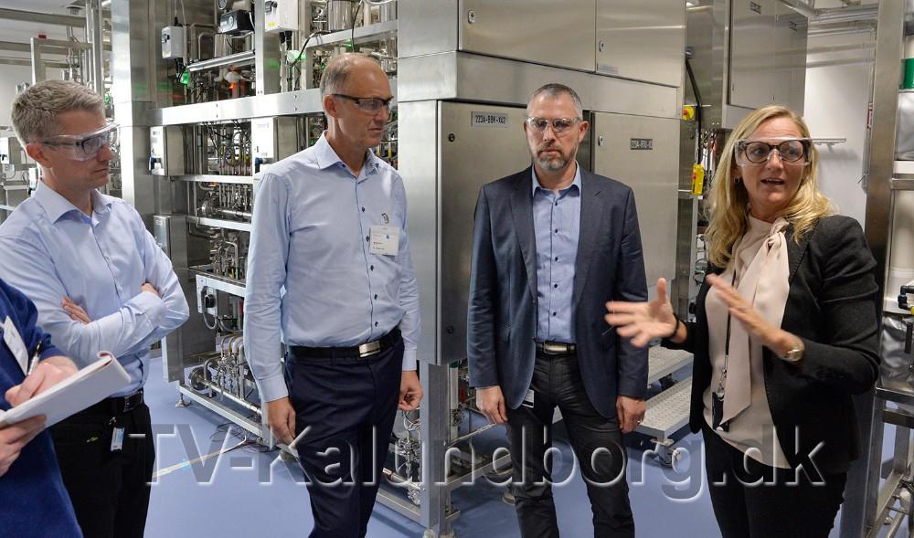 CorporateVice President Ulla Grove Sidelman forklarer om den avancerede teknik. Foto: Jens Nielsen
