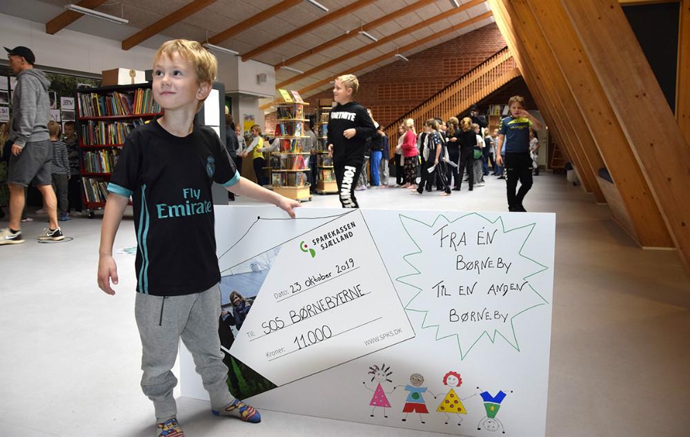 Anton fra 0. klasse med gavechecken. Foto: Gitte Korsgaard.