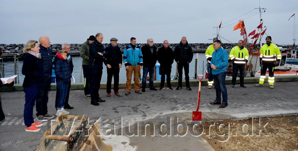 Tidlig fredag morgen blev der taget første spadestik til en ny bygning på Røsnæs Havn, som skal indeholde klubhus, kiosk og kajakhotel. Foto: Jens Nielsen