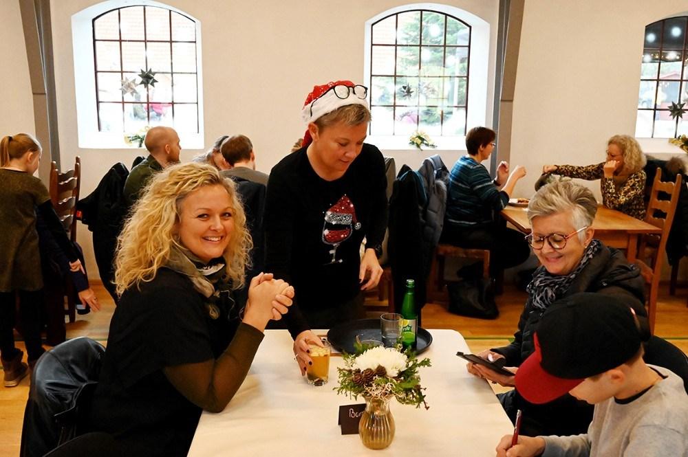 Tina Thrysøe fra Café Dyrehøj havde travlt med at servere for gæsterne.