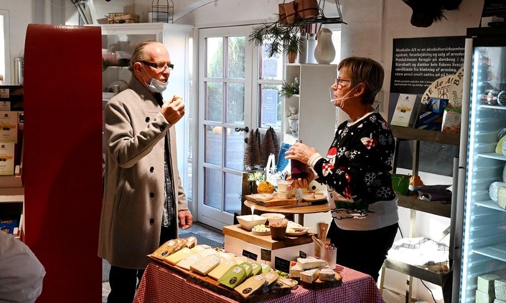 Lissi Olsen sælger ost fra hendes pop-up butik. Foto: Jens Nielsen