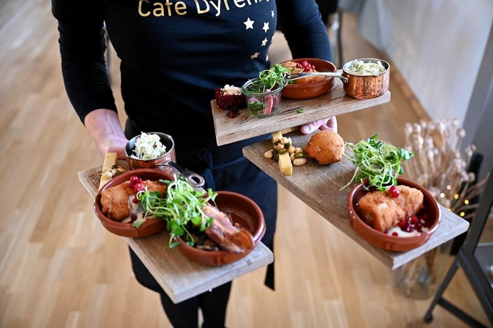 I Cafe Dyrehøj er Tina Thrysøe klar med Vinbondens bræt. Foto: Jens Nielsen