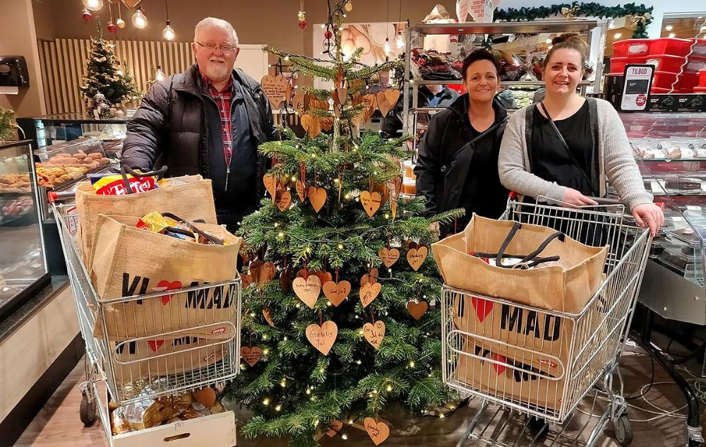 21 familier har fået en flot julekurv med madvarer til en værdi af kr. 500,-, fra venstre, Bjarne Jensen, Kalundborg Borderlaug, Rikke Kogi, Home-Start og Emma Møller Jensen, Heradøtrene. Privatfoto