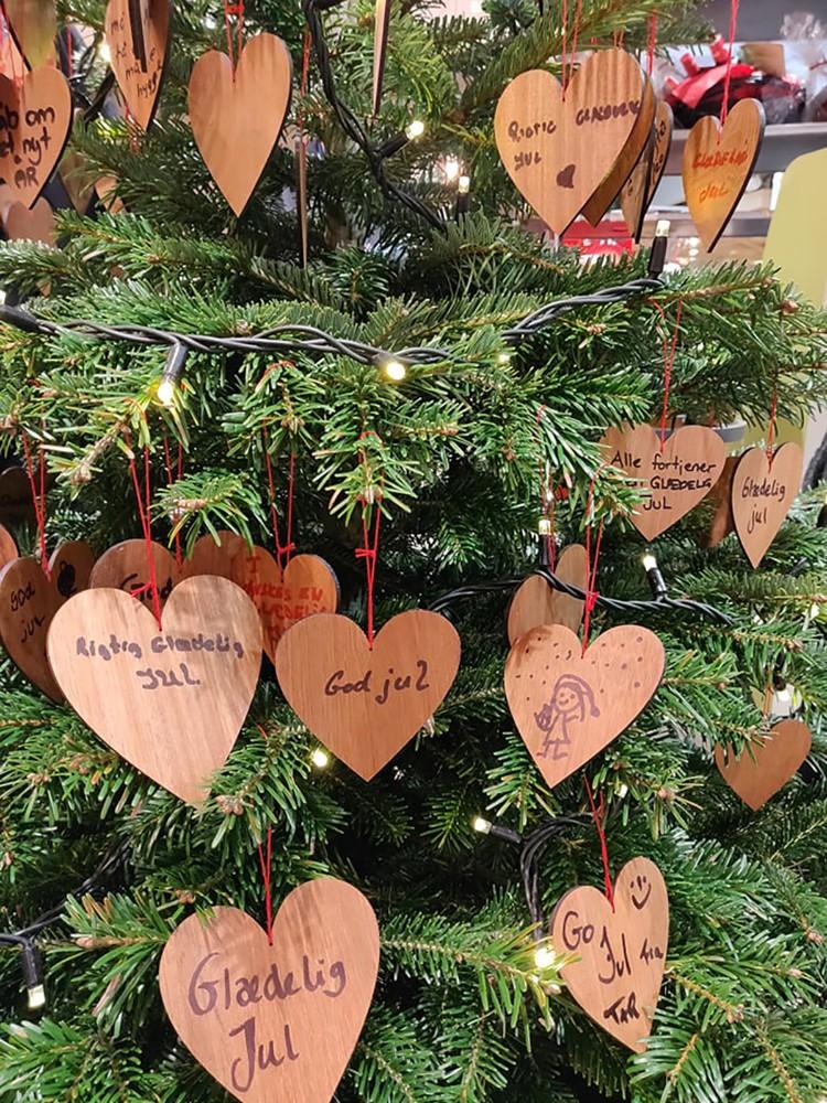 Kunderne hos Meny har købt julehjerter og hængt på juletræet og på den måde støttet den gode sag. Privatfoto