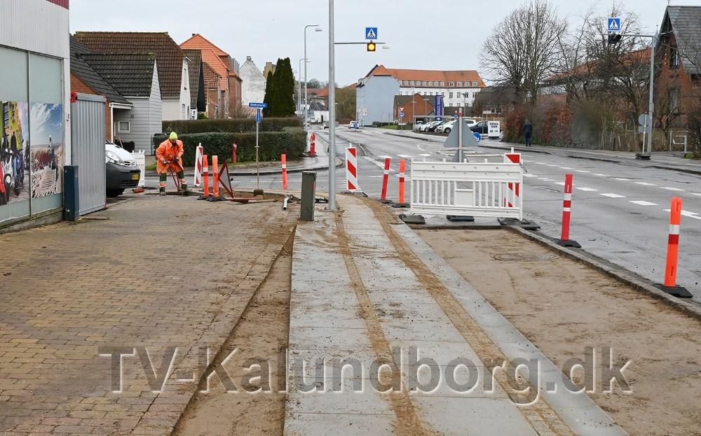 Lygtepælen ud for Slagelsevej 28 er placeret på en noget anderledes måde end, hvad kalundborgenserne er vant til.Foto: Jens Nielsen.