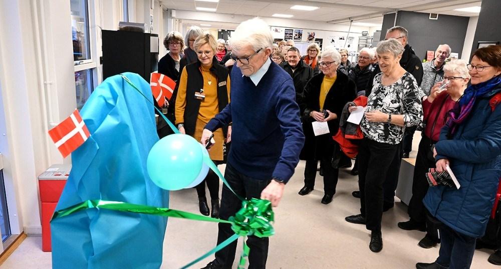 Stig Hother Hansen klippede båndet over og afslørede det nye program. Foto: Jens Nielsen