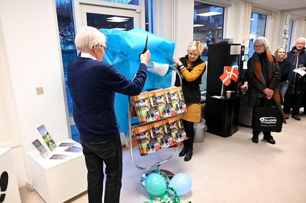 Medlem af bibliotekernes turudvalg Stig Hother Hansen afslørede det nye forårsprogram sammen medbiblioteksleder Jette Mygind. Foto: Jens Nielsen