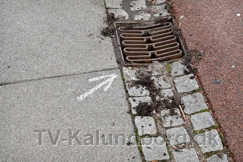 Flere steder på Klosterparkvej har politiet fundet patronhylstre, mandag var der stadig spor af politiets afmærkninger. Foto: Jens Nielsen