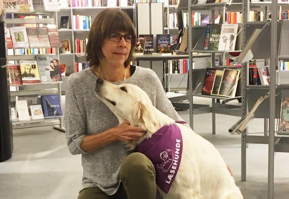 Læsehunden Olivia og dens ejer Lone Rosenberg, kan nu også mødes på Kalundborg bibliotek. Privatfoto