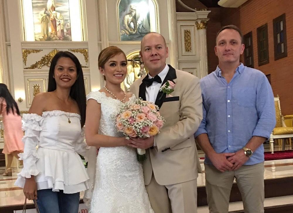 Bob Arup fra Ubby, yderst til højre, har bl.a. været til bryllup på Filippinerne. Privatfoto