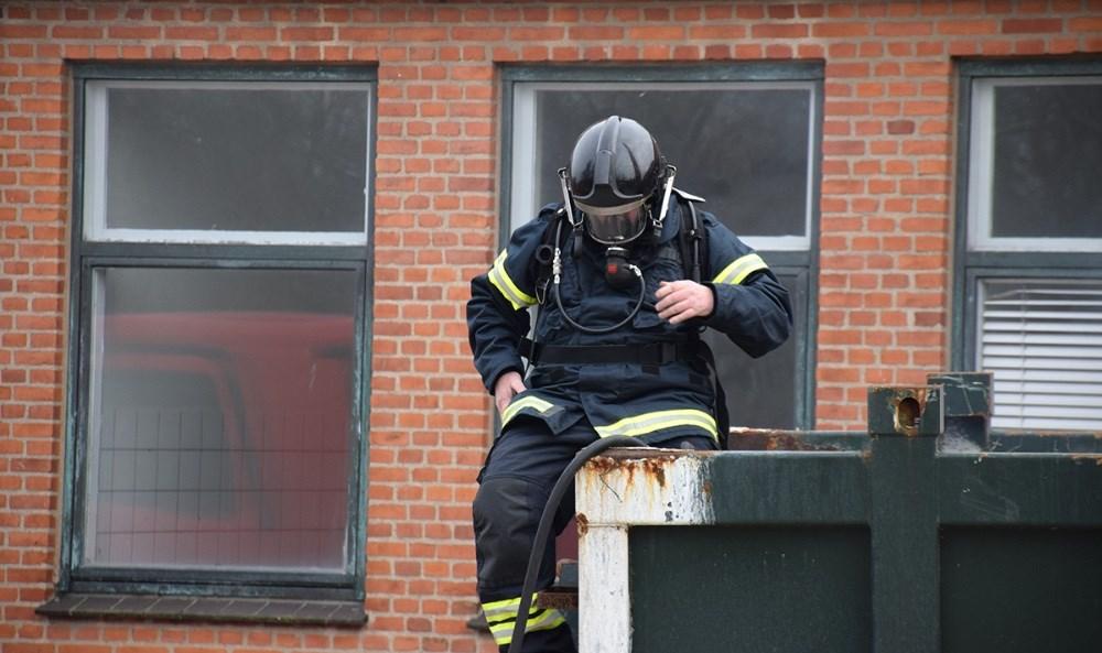 Vestsjællands Brandvæsen kørte onsdag eftermiddag ud til røg i en container med byggeaffald ved det tidligere Kalundborg Sygehus. Foto: Gitte Korsgaard.