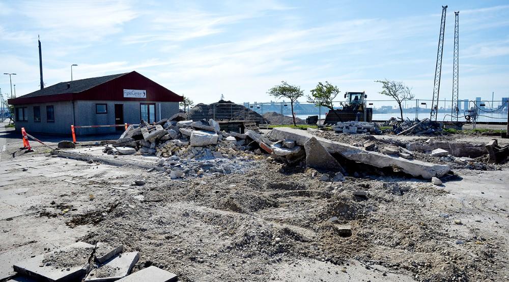 Den gamle taxa bygning er nu revet ned og skal give plads til udvidelsen af havneparken. Foto: Jens Nielsen