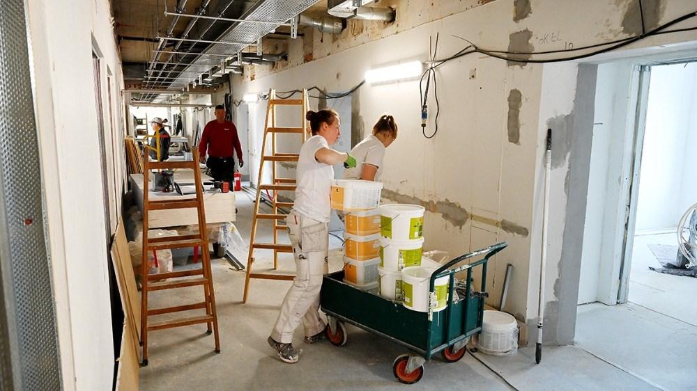 Håndværkerne er godt i gang, og selv om der stadig mangler meget arbejde, skal værelserne stå færdige til studiestart 2020. Foto: Jens Nielsen