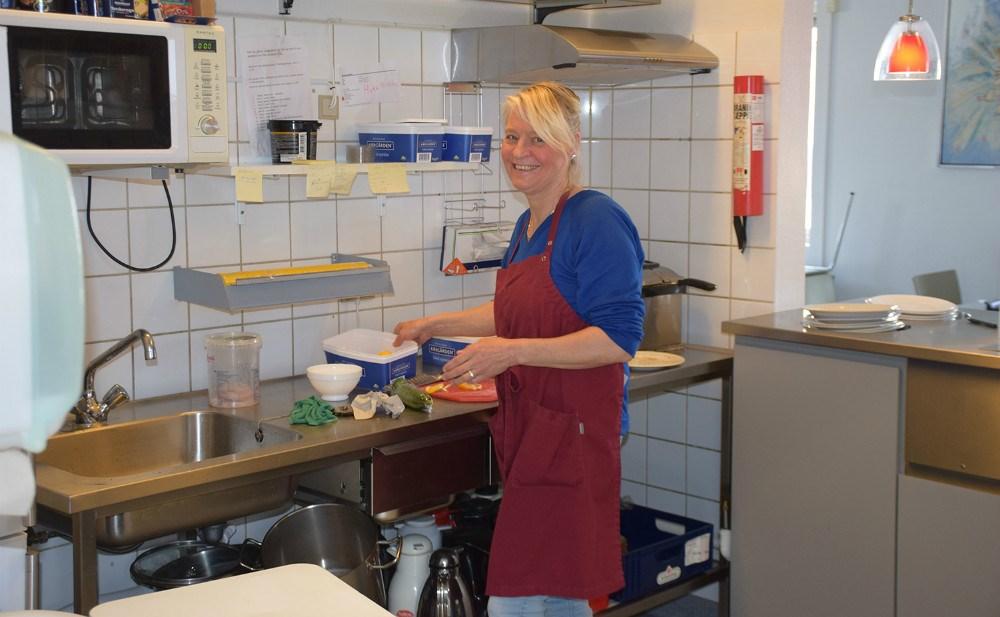 Anne Marie Sørensen er også i fuld gang med madlavningen i Kalundborg Medborgerhus. Foto: Gitte Korsgaard.