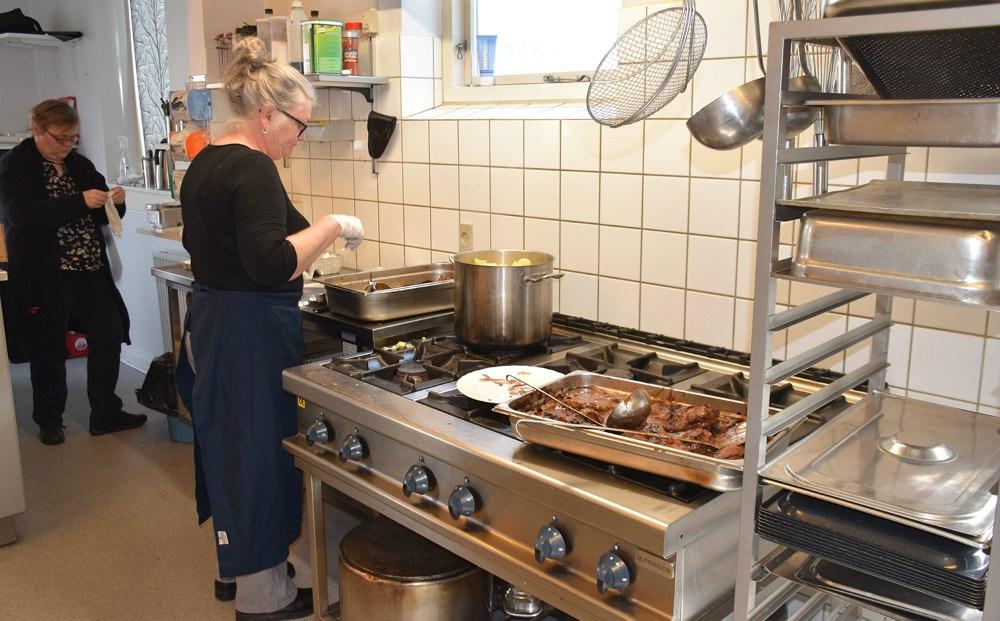 Janni Holm og Anne Nielsen er i gang med maden, der bliver bragt ud. Foto: Gitte Korsgaard.