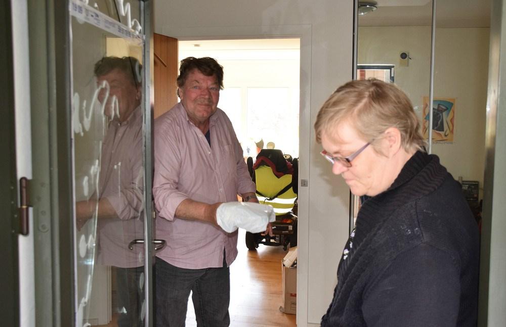 Kent Henriksen får leveret mad af Anne Nielsen fra Kalundborg Medborgerhus, og han er glad for den gode service. Foto: Gitte Korsgaard.