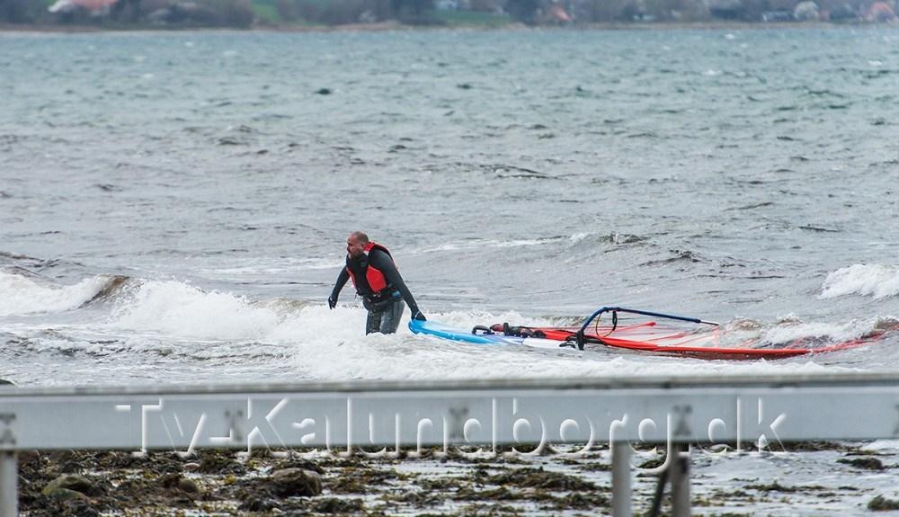 Surferen kom selv i land. Foto: Jokum Tord Larsen.