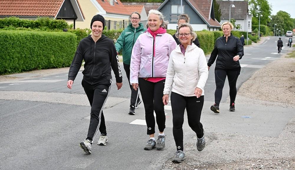 Tanja Døj, til venstre, sammen med gode venner på de sidste fem kilometer af turen. Foto: Jens Nielsen