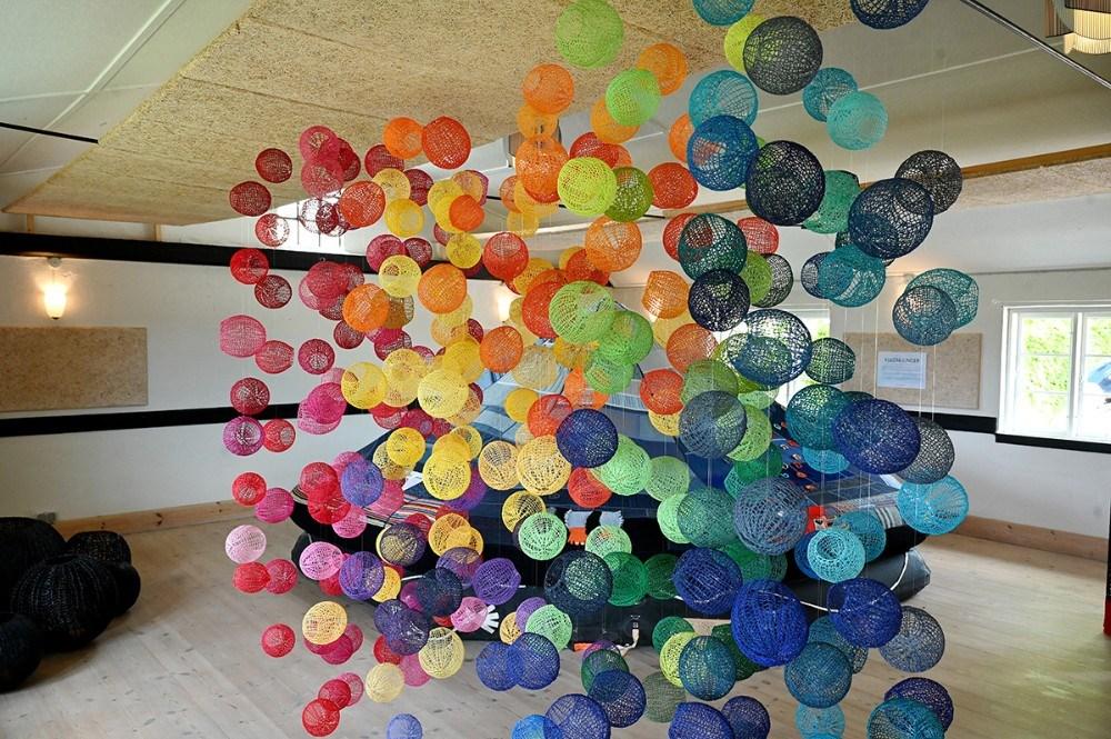 300 skygge-kugler var udstillet hele pinsen på Mødestedet i Hallebyore. Foto: Jens Nielsen