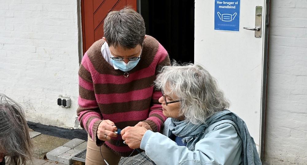 Tekstilkunstner Sisse Fog Odgaard gav masser af gode råd til dem som var mødt op til skygge-strikke-salon på Mødestedet i Hallebyore. Foto: Jens Nielsen