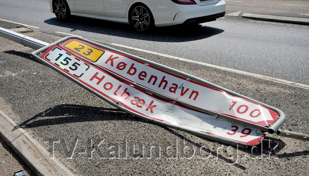 En stor lygtepæl og vejskilte blev nedlagt i forbindelse med færdselsuheldet. Foto: Jens Nielsen