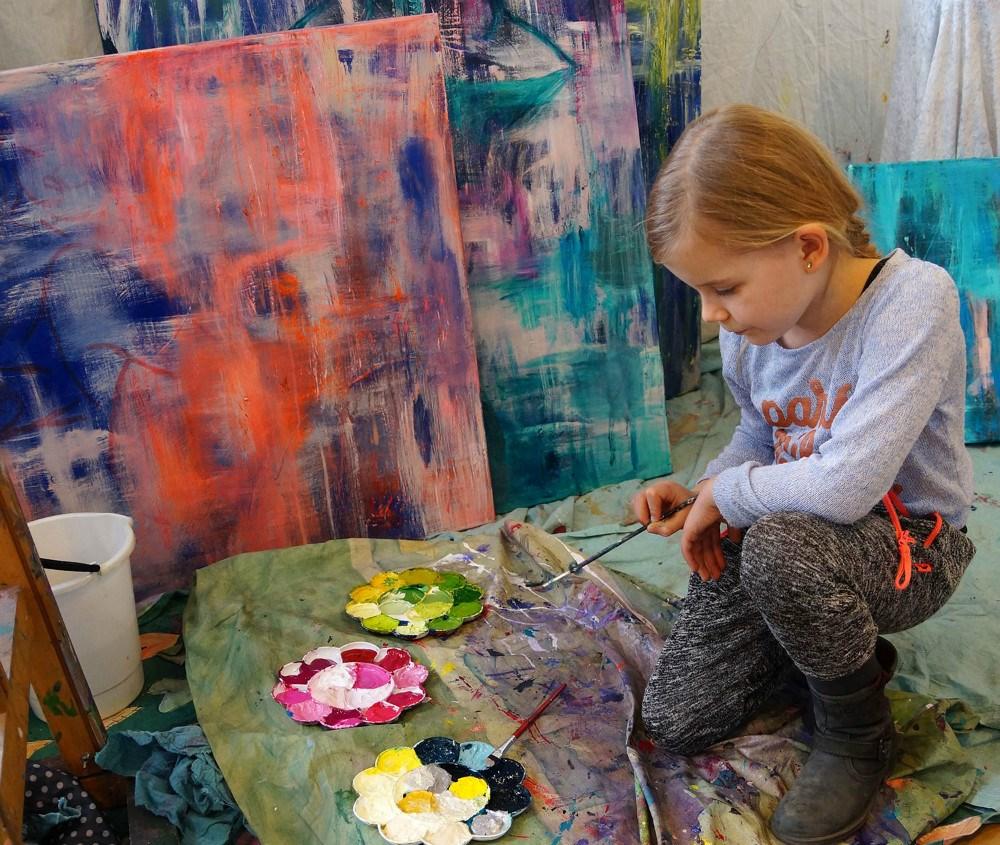 I skolernes sommerferie vil den lokale billedkunstner Ditte Forchhammer afholde sjove tegne-og maleformiddage udenfor Kalundborg Bibliotek.