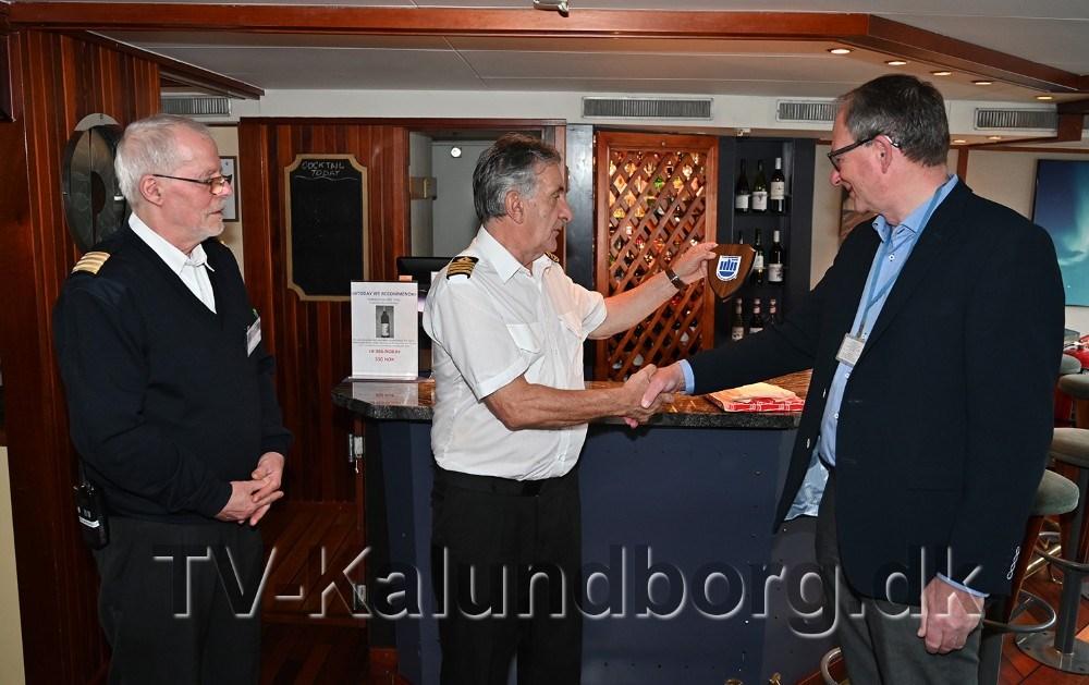 Havnedirektør Bent Rasmussen var tirsdag formiddag ombord med en gave fra Kalundborg Havn, som kaptajn Tormod Karlsen tog imod, men hotel managerPer Bjarne Kristiansen så til. Foto:Jens Nielsen