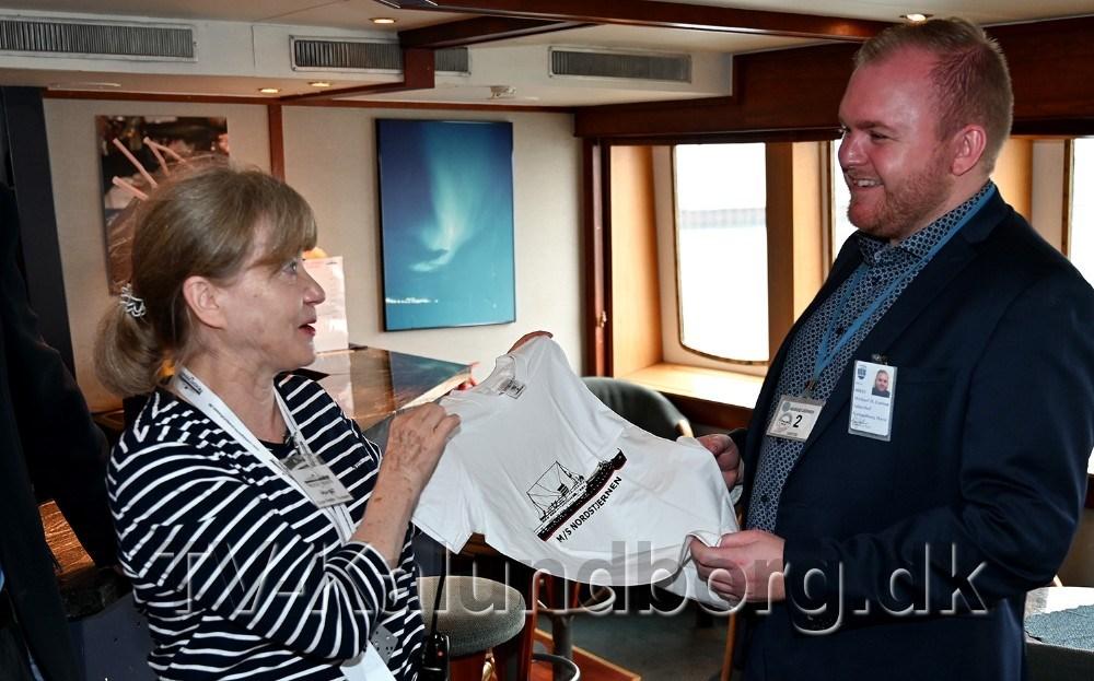 Salgschef Michael D. Larsen venter barn og fik derfor en t-shirt med et billede af M/S Nordstjernen. Foto: Jens Nielsen