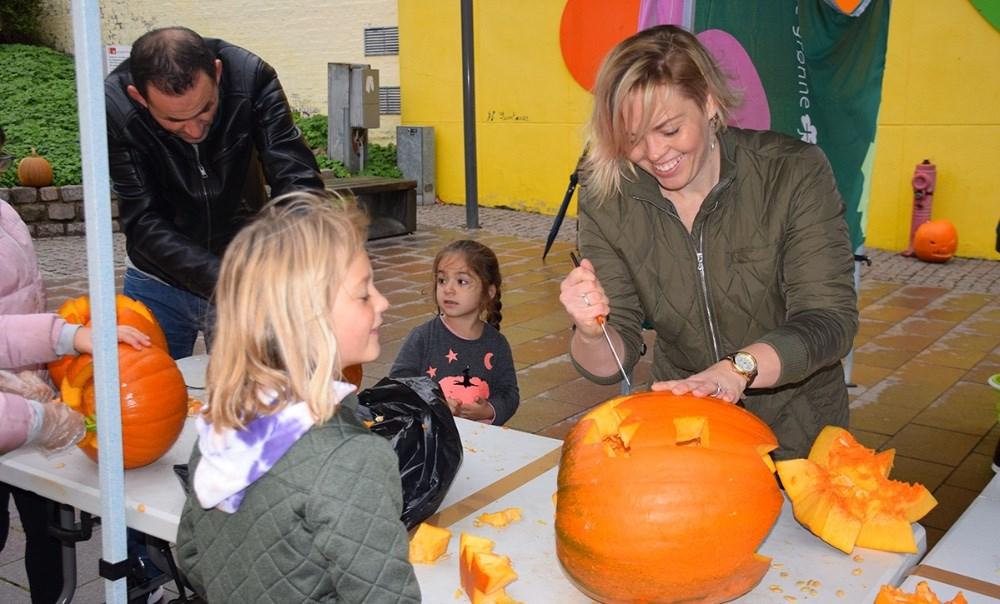 Ditte Julie Rosendahl-Kaa fra Gliimt hjælper med at skære. Foto: Gitte Korsgaard.