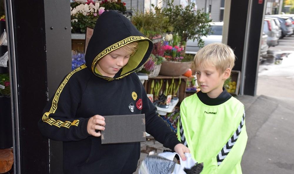 Victor pakker sin præmie fra Glimt og Thranes Legetøj op. Foto: Gitte Korsgaard.