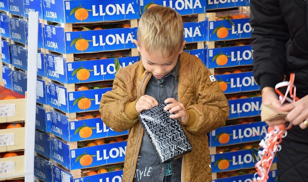 Felix pakker sin præmie fra Glimt og Thranes Legetøj op. Foto: Gitte Korsgaard.