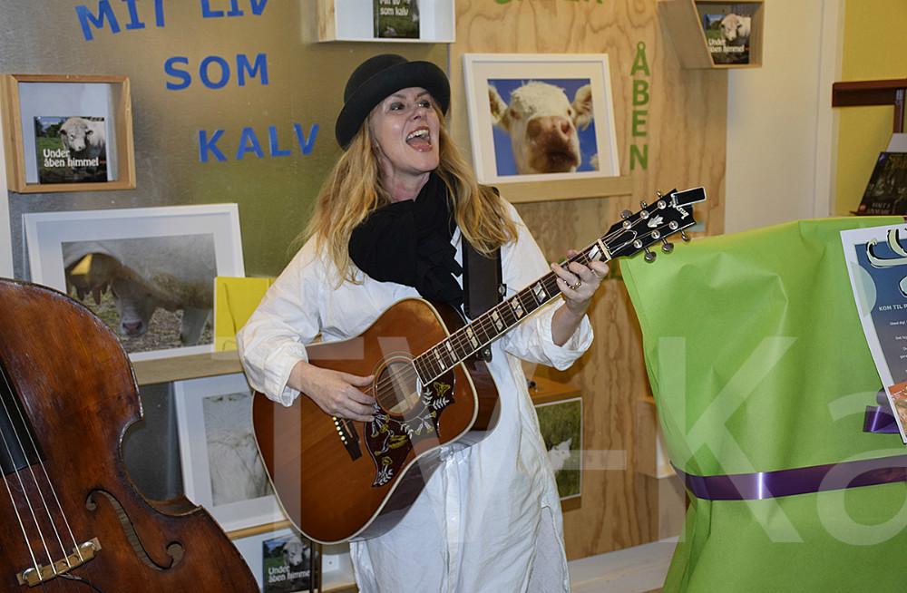 Lone Wernblad synger en af sine smukke nordiske sange på Kalundborg Bibliotek. Foto: Gitte Korsgaard.
