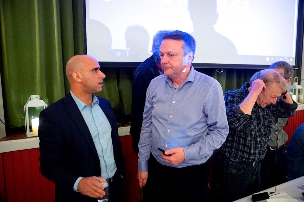 Jonas Ghiyati, SF, i snak med Jesper Hansen, Konservative. Foto: Jens Nielsen