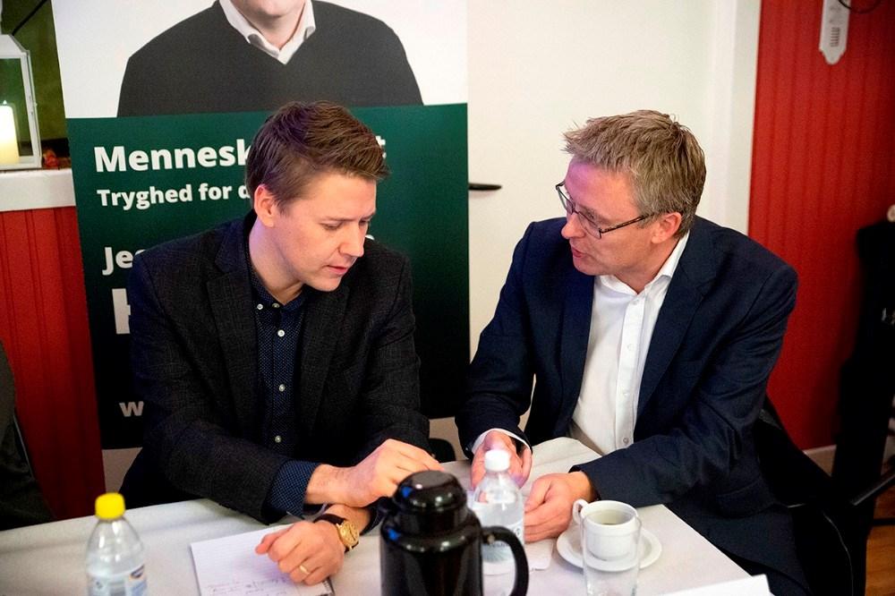 Rasmus Horn Langhoff, Socialdemokratiet, i snak med Jacob Jensen, Venstre. Foto: Jens Nielsen