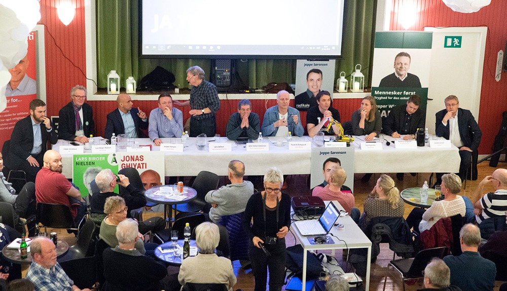 Panelet af politikere som mandag aften stillede op til debatmøde med lokalbefolkningen i Røsnæs Forsamlinghus. Foto: Jens Nielsen