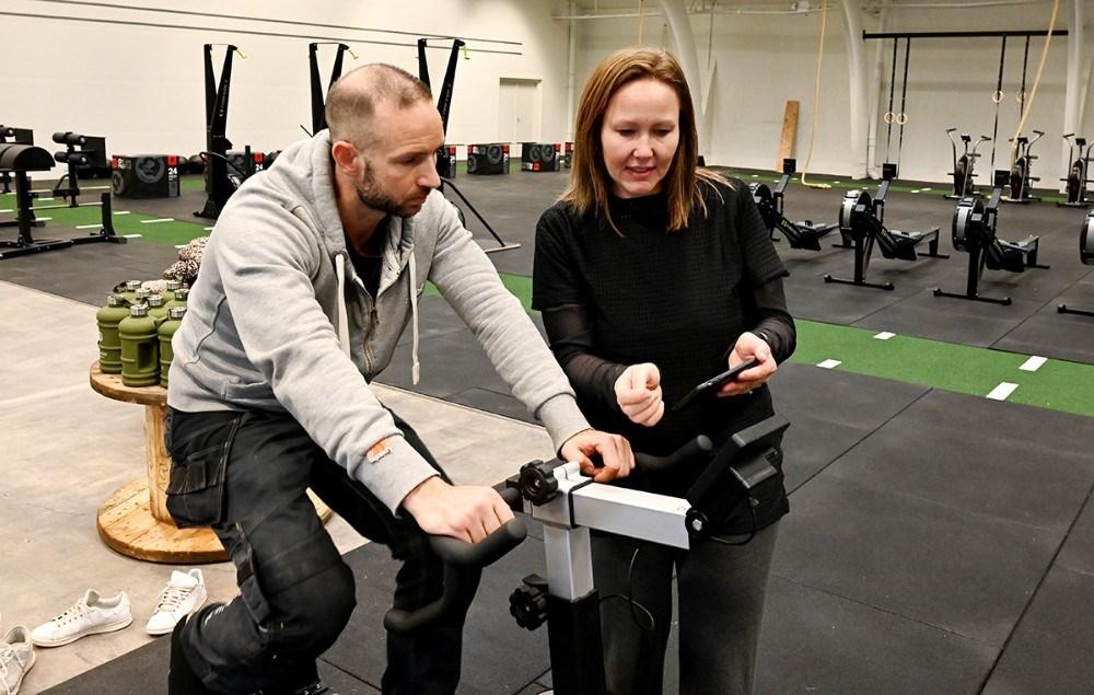 Shannie og Michael afprøver en app på telefonen som kan bruges til både cykel, romaskine og ski erg. Foto: Jens Nielsen