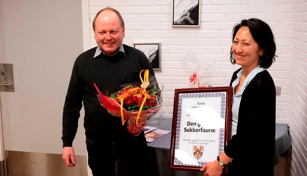 Lulu Harms Larsenfra Den Gamle Sukkerfabrik i Gørlev, modtog Årets Erhvervspris 2020 for Gørlev og Omegn, her overrakt af formand forGørlev Handels- og Erhvervsforening, Steffen Olsen. Foto:Jens Nielsen