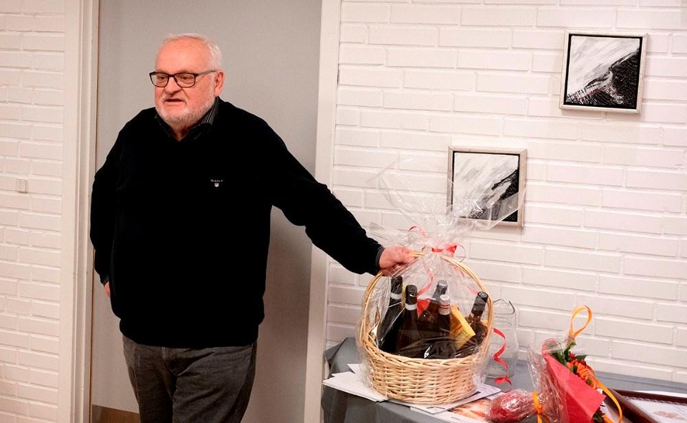 Jørgen Hansen modtog en kurv som tak for hjælpen gennem mange år. Foto: Jens Nielsen