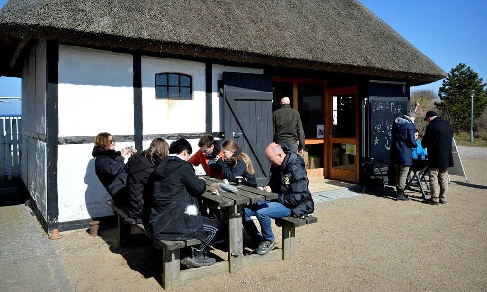 Mange plejer at nyde en kop kaffe ved Café Fyret, men nu er åbningen udskudt på ubestemt tid. Arkivfoto: Jens Nielsen