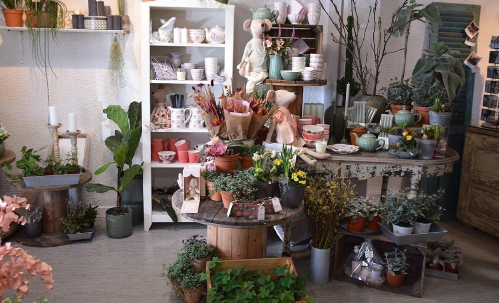 Brugskunst og andre fine ting sælges også i Den Lille Blomsterbutik. Foto: Gitte Korsgaard.