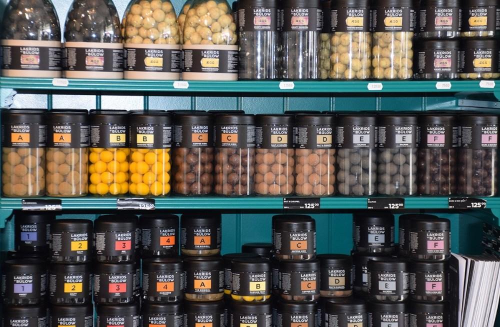 Lækker lakrids og chokolade på hylderne i Den Lille Blomsterbutik. Foto: Gitte Korsgaard