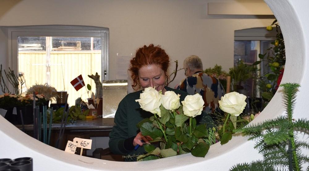 Lena Rasmussen i gang med en blomsterbuket. Foto: Gitte Korsgaard.