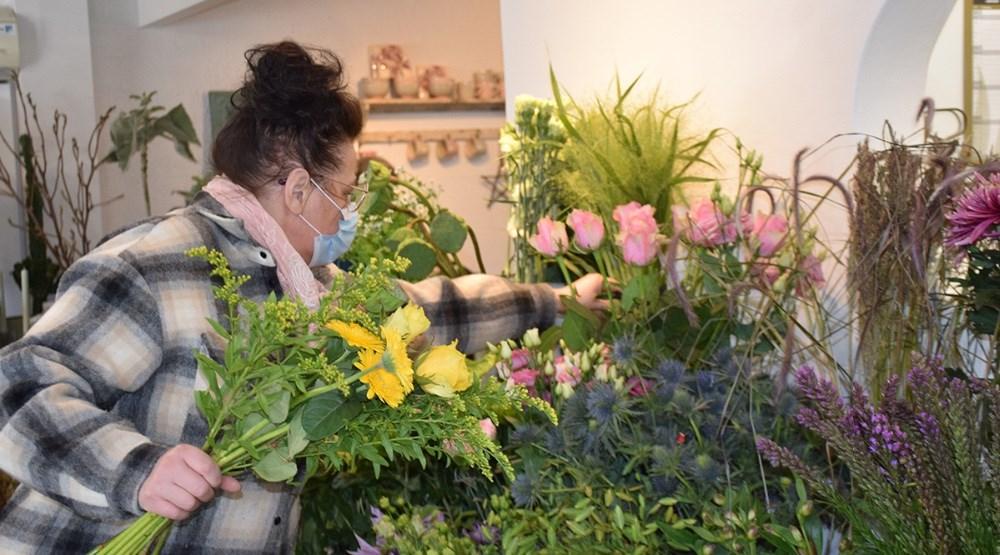 Indehaver af Den Lille Blomsterbutik Charlotte Rasmussen er i fuld gang med at lave fine buketter. Foto: Gitte Korsgaard.