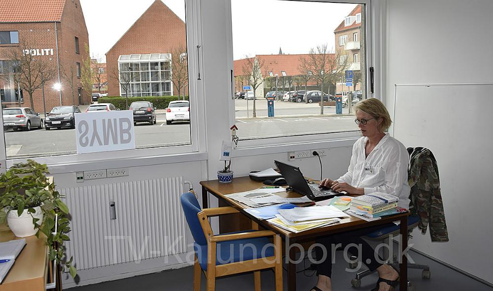 Idékvinde, sekretariatsleder og talskvinde for SYMB, Louise Kolbjørn på sit kontor i de nye lokaler. Foto: Gitte Korsgaard.