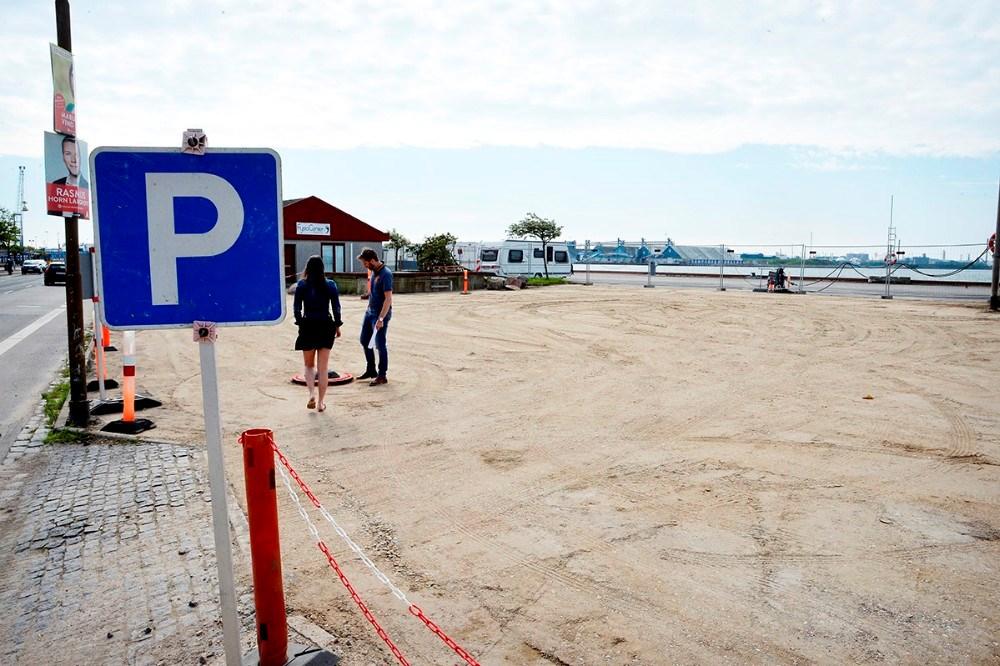 Et nyt parkeringsareal hvor den gamle taxabygning lå. Foto: Jens Nielsen