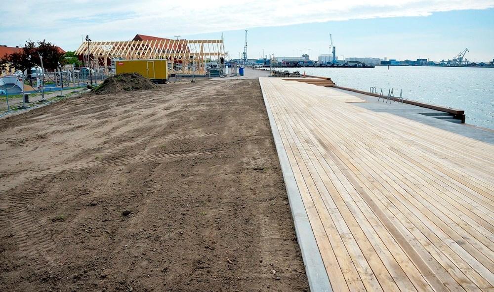 På arelet op til terrasse-niveauerne ned til vandet lægges rullegræs. Foto: Jens Nielsen