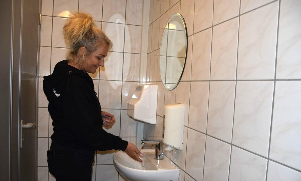 Nye vandhaner på toiletterne i biografen sikrer, at man ikke skal røre ved noget, når man skal vaske sine hænder. Foto: Gitte Korsgaard.