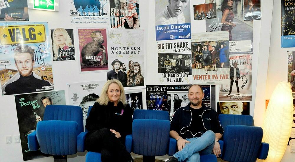Annette Sønder Nielsen og Brian Sønder Andersen gør klar til at åbne dørene op for biografgæster. Der er styr på retningslinjer og hygiejnen er i top.Foto: Gitte Korsgaard.