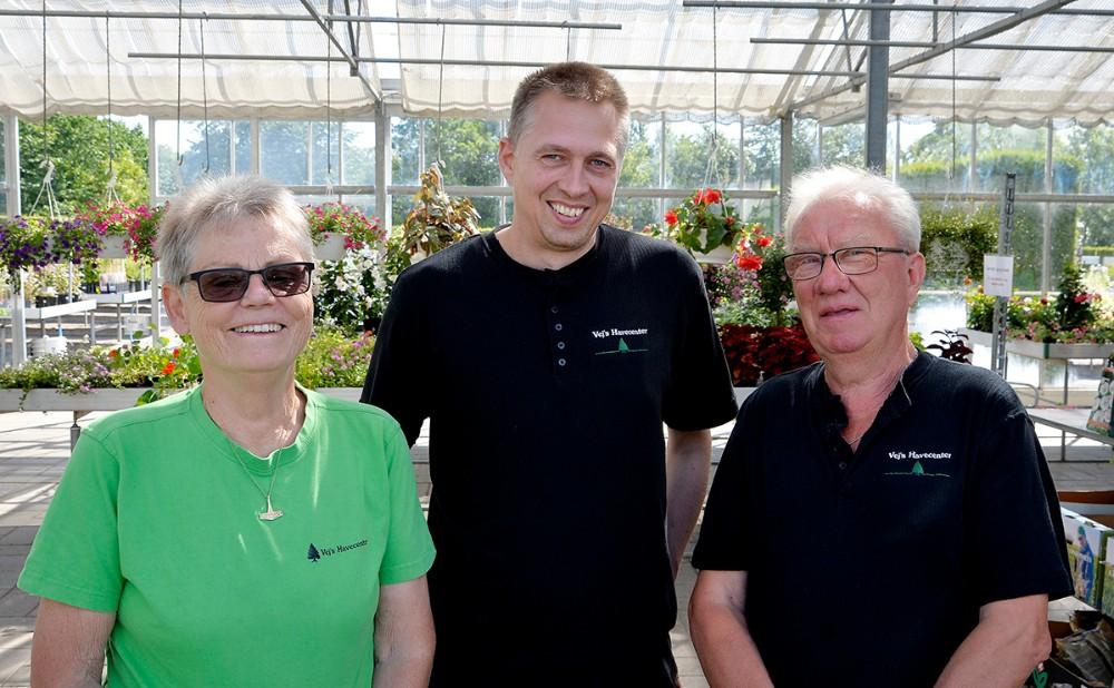 Birgit og Hardy Vej har solgt deres livsværk, Vejs Havecenter i Høng, til 43-årig Kristian Olsen (i midten). Foto: Jens Nielsen